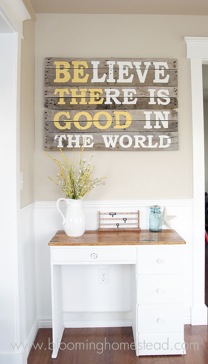 ... with the help of this easy and creative DIY pallet wood sign tutorial