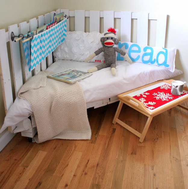 Make A Reading Nook Out Of Two Wooden Pallets
