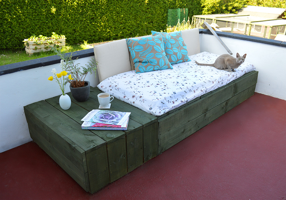 20 diy pallet patio furniture tutorials for a chic and for Diy patio bed