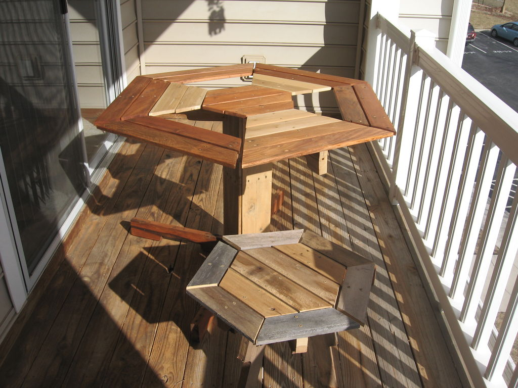 20 diy pallet patio furniture tutorials for a chic and - Fabriquer table palette ...