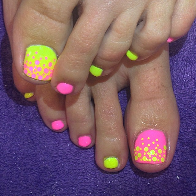 Polka Dots Summer Nails