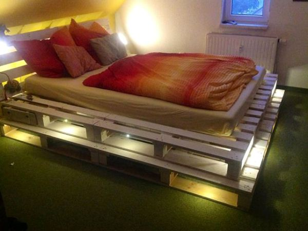 so kann man aus einer europalette ein traumhaftes bett basteln. Black Bedroom Furniture Sets. Home Design Ideas