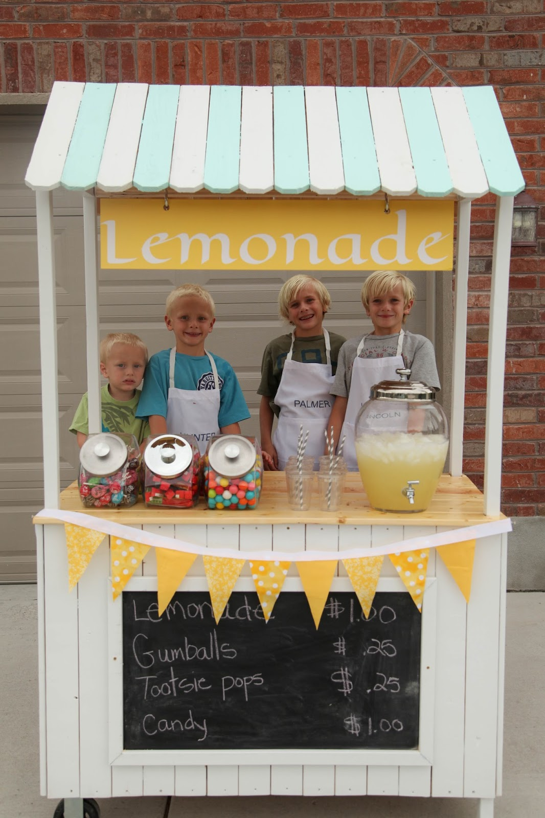 25 effortless diy lemonade stand ideas making your summer for Lemon shaped lemonade stand