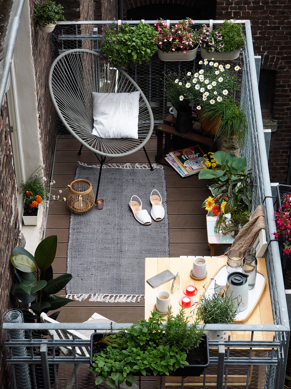 20 awesome small balcony ideas glorifying even the tiniest. Black Bedroom Furniture Sets. Home Design Ideas