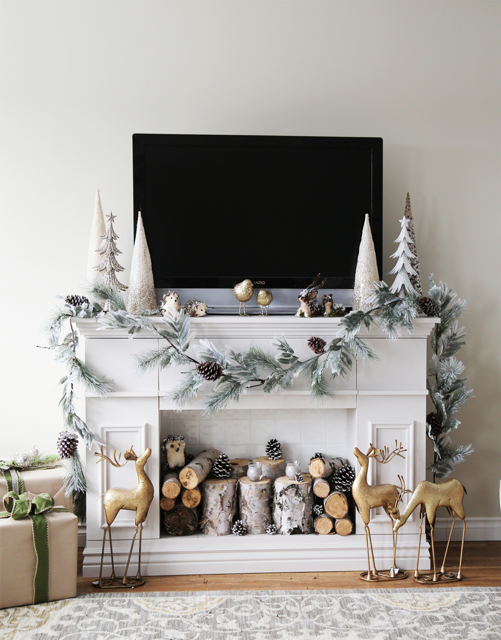 The full-fledged winters that surround the Xmas season call for a Christmas mantel decor that makes things look cozy